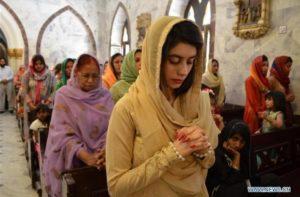 Cristiani in preghiera nella nuova cappella dell'Università in Pakistan